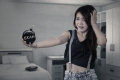 Studentessa con la bomba in camera da letto Fotografie Stock Libere da Diritti