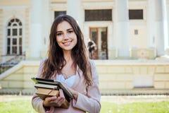 Studentessa con la compressa sulla città universitaria Immagine Stock Libera da Diritti