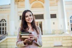 Studentessa con la compressa sulla città universitaria Immagini Stock