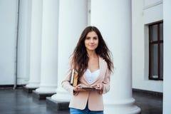 Studentessa con la compressa sulla città universitaria Fotografie Stock Libere da Diritti