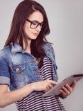 Studentessa con un computer portatile nello studio Immagini Stock Libere da Diritti