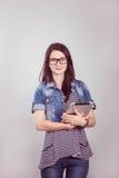 Studentessa con un computer portatile nello studio Fotografia Stock