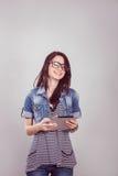 Studentessa con un computer portatile nello studio Fotografie Stock Libere da Diritti