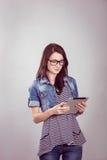 Studentessa con un computer portatile nello studio Fotografie Stock