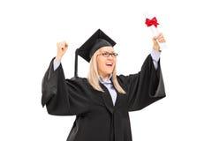 Studentessa contentissima che celebra graduazione Immagine Stock