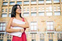 Studentessa dell'istituto universitario all'aperto Fotografie Stock