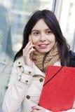 Studentessa di college con il telefono Immagini Stock