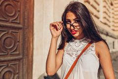 Studentessa di college del Medio-Oriente felice che sorride e che esamina macchina fotografica Ritratto all'aperto dei vetri d'us fotografia stock libera da diritti