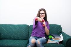 Studentessa di college felice che fa gli esercizi a casa Fotografia Stock