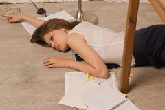 Studentessa di college senza vita su un pavimento Fotografie Stock Libere da Diritti