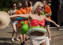 Studentessa di college sexy con il giocattolo gonfiabile della spiaggia Immagine Stock Libera da Diritti