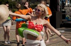 Studentessa di college sexy con il giocattolo gonfiabile della spiaggia Fotografia Stock Libera da Diritti