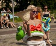 Studentessa di college sexy con il giocattolo gonfiabile della spiaggia Fotografia Stock