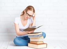 Studentessa divertente che prepara compito, preparante per il readi dell'esame Fotografia Stock