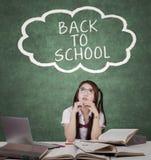 Studentessa e testo di nuovo alla scuola Immagini Stock Libere da Diritti