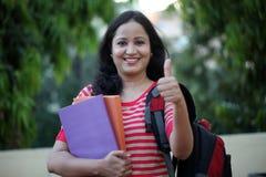 Studentessa felice alla città universitaria dell'istituto universitario Immagine Stock Libera da Diritti