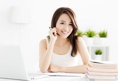 Studentessa felice che studia con il computer portatile Fotografie Stock Libere da Diritti