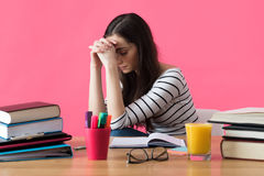 Studentessa frustrata che si siede al suo scrittorio Fotografia Stock Libera da Diritti