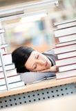 Studentessa graziosa che dorme allo scrittorio Fotografia Stock Libera da Diritti