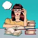 Studentessa graziosa Reading Books in biblioteca Pop art illustrazione di stock