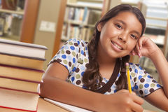 Studentessa ispana Studying in biblioteca Fotografie Stock