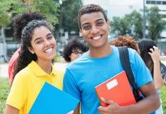 Studentessa latina con il tipo indiano alla città universitaria dell'università Fotografie Stock Libere da Diritti