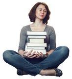 Studentessa matura di medio evo stanco che si siede nella biblioteca con gli occhi chiusi Fotografia Stock