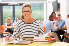 Studentessa matura Studying In Classroom con i libri Fotografie Stock