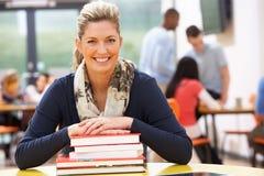 Studentessa matura Studying In Classroom con i libri Immagini Stock Libere da Diritti
