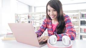 Studentessa nella biblioteca Immagine Stock