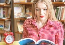 Studentessa per i libri, facendo compito, preparante per gli esami, fotografia stock