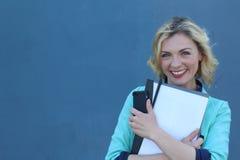 Studentessa piacevole che sorride e che esamina macchina fotografica con lo spazio della copia Immagini Stock