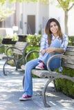 Studentessa Portrait della corsa mista sul banco della città universitaria della scuola Immagine Stock Libera da Diritti