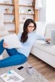 Studentessa positiva che lavora al computer portatile Fotografie Stock Libere da Diritti