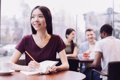 Studentessa promettente che lavora al progetto Fotografie Stock