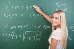 Studentessa sicura abile nell'aula Immagine Stock