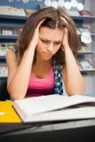 Studentessa sollecitata in una libreria Fotografie Stock Libere da Diritti
