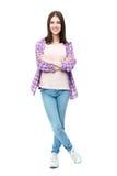Studentessa sorridente che sta con le armi piegate Fotografie Stock Libere da Diritti