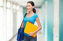 Studentessa sorridente con la borsa e le cartelle Fotografie Stock Libere da Diritti