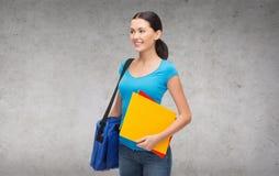 Studentessa sorridente con la borsa e le cartelle Immagine Stock Libera da Diritti