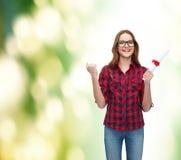 Studentessa sorridente in occhiali con il diploma Fotografia Stock Libera da Diritti