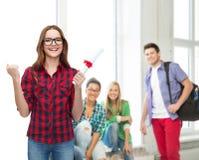 Studentessa sorridente in occhiali con il diploma Immagine Stock