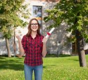 Studentessa sorridente in occhiali con il diploma Immagine Stock Libera da Diritti
