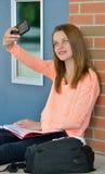 Studentessa sveglia che prende foto dell'auto Immagini Stock Libere da Diritti