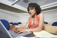 Studentessa Using Laptop Fotografia Stock
