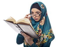 Studentessa Wearing Hijab Reading un libro Immagine Stock Libera da Diritti