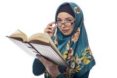 Studentessa Wearing Hijab Reading un libro Fotografia Stock Libera da Diritti