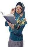 Studentessa Wearing Hijab Reading un libro Fotografie Stock Libere da Diritti