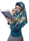 Studentessa Wearing Hijab Reading un libro Immagini Stock