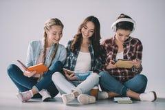 Studentesse con i manuali che studiano insieme Immagine Stock Libera da Diritti